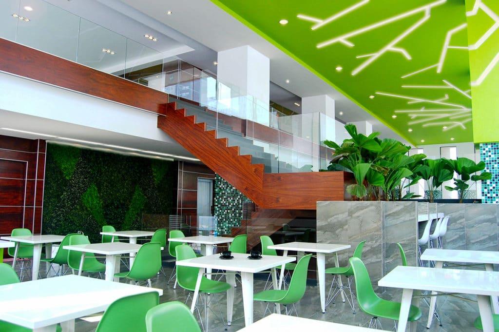 Diseño del interior de este edificio donde se aprecia la nueva zona común en tonos verdes y blancos diseñada por el estudio de diseño internacional Manuel Torres Design