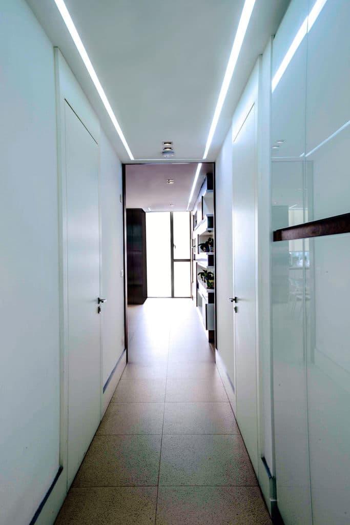 Diseño e interiorismo de una vivienda en la Ciudad de México por Manuel Torres Design donde vemos el detalle del pasillo de la cocina