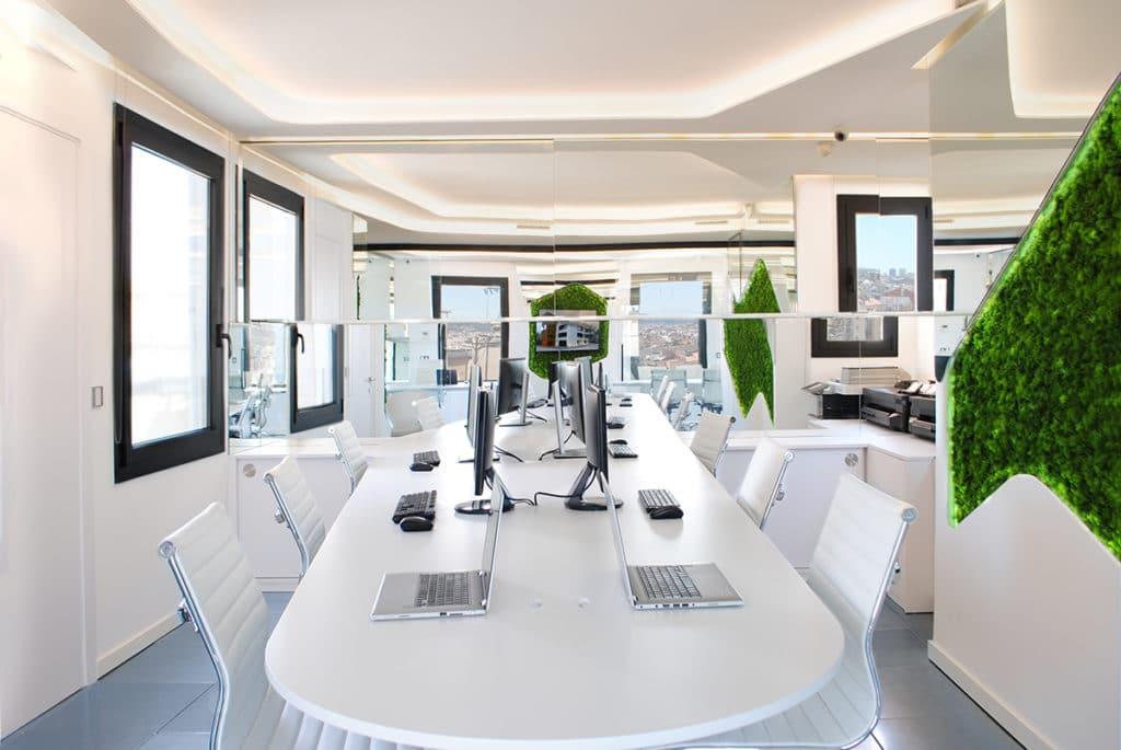 Servicio de diseño de las oficinas corporativas del Grupo Complementa en Barcelona incorporando las nuevas tecnologías y tendencias medioambientales.