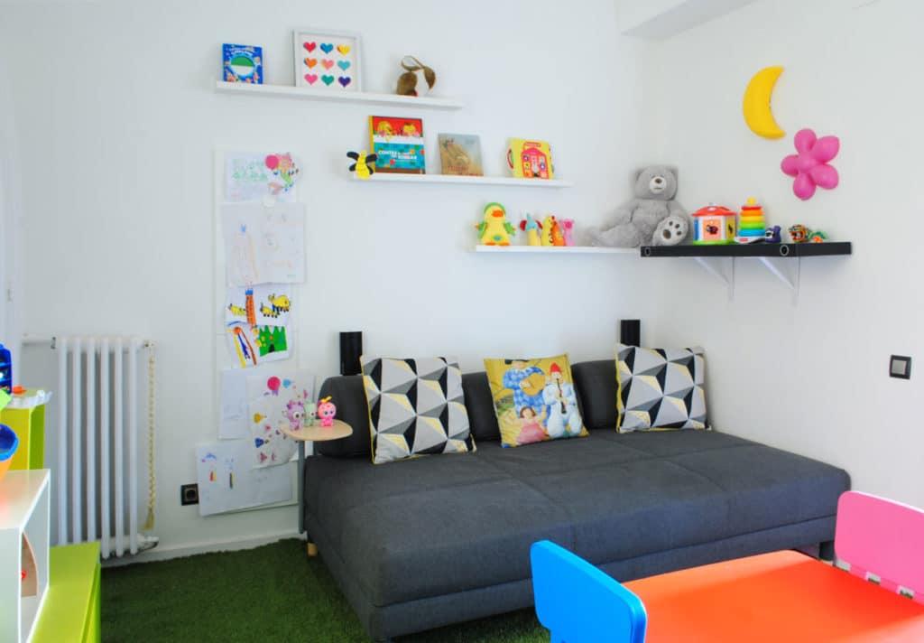 Reforma de interiorismo de un piso en Barcelona diseñado por el estudio de diseño internacional Manuel Torres Design donde se ve un dormitorio infantil decorado