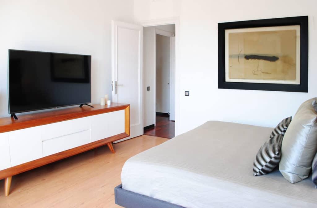 Reforma de interiorismo de un piso en Barcelona diseñado por el estudio de diseño internacional Manuel Torres Design donde se ve la habitación de matrimonio decorada en tonos claros