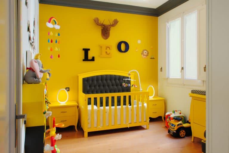 Reforma de interiorismo de un piso en Barcelona diseñado por el estudio de diseño internacional Manuel Torres Design donde se ve un dormitorio infantil decorado y con domotica para niños