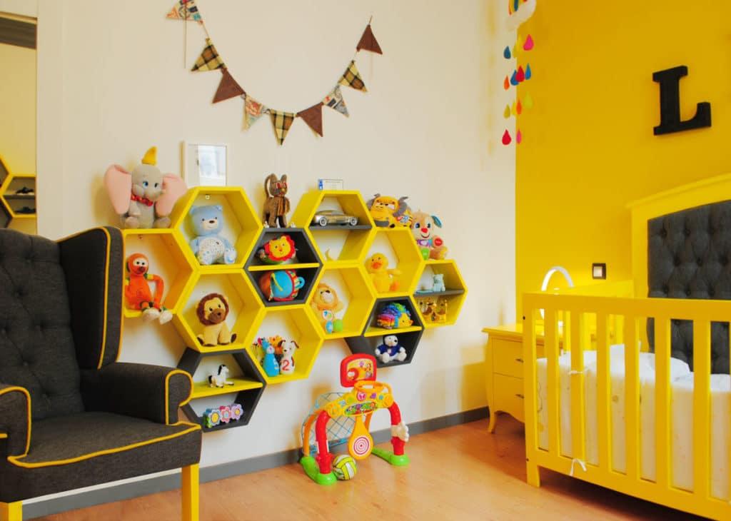 Reforma de interiorismo de un piso en Barcelona diseñado por el estudio de diseño internacional Manuel Torres Design donde se ve un dormitorio infantil decorado en tonos amarillos