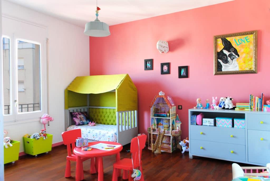 Reforma de interiorismo de un piso en Barcelona diseñado por el estudio de diseño internacional Manuel Torres Design donde se ve un dormitorio infantil decorado en tonos rosados