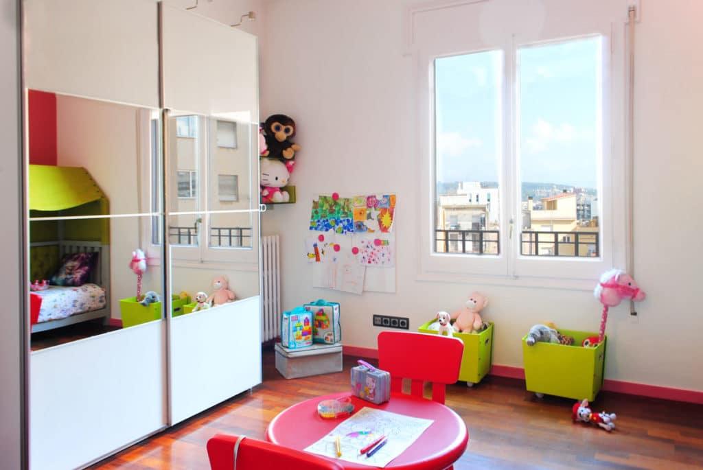 Reforma de interiorismo de un piso en Barcelona diseñado por el estudio de diseño internacional Manuel Torres Design donde se ve un dormitorio infantil decorado en tonos blancos