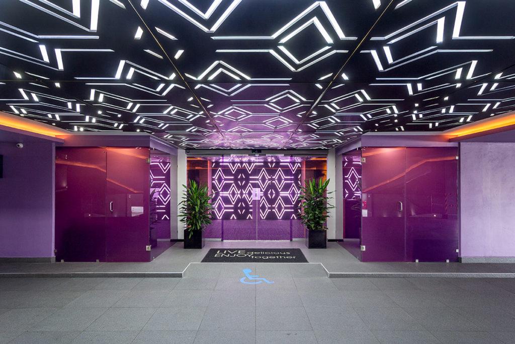 Diseño de interiorismo y decoración del hotel V Motel Boutique llevado a cabo por el estudio de diseño Manuel Torres Design donde se observa la entrada del hotel decorada