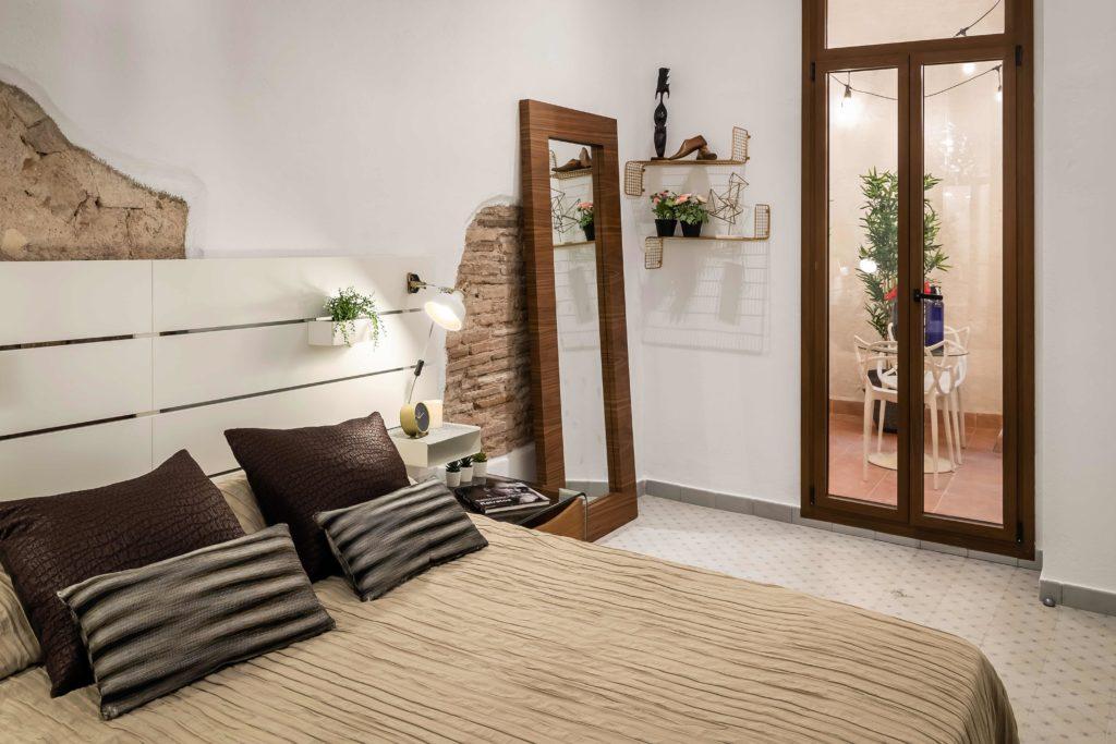 Detalle de la habitación de matrimonio donde se aprecia la nueva decoración resultado de la reforma integral y el diseño de interiores de esta vivienda en Barcelona por parte del estudio de diseño internacional Manuel Torres Design