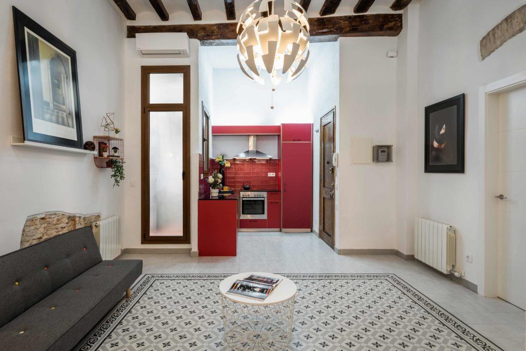 Comedor decorado en tonos negros y blancos resultado de la reforma integral y el diseño de interiores de esta vivienda en Barcelona por parte del estudio de diseño internacional Manuel Torres Design