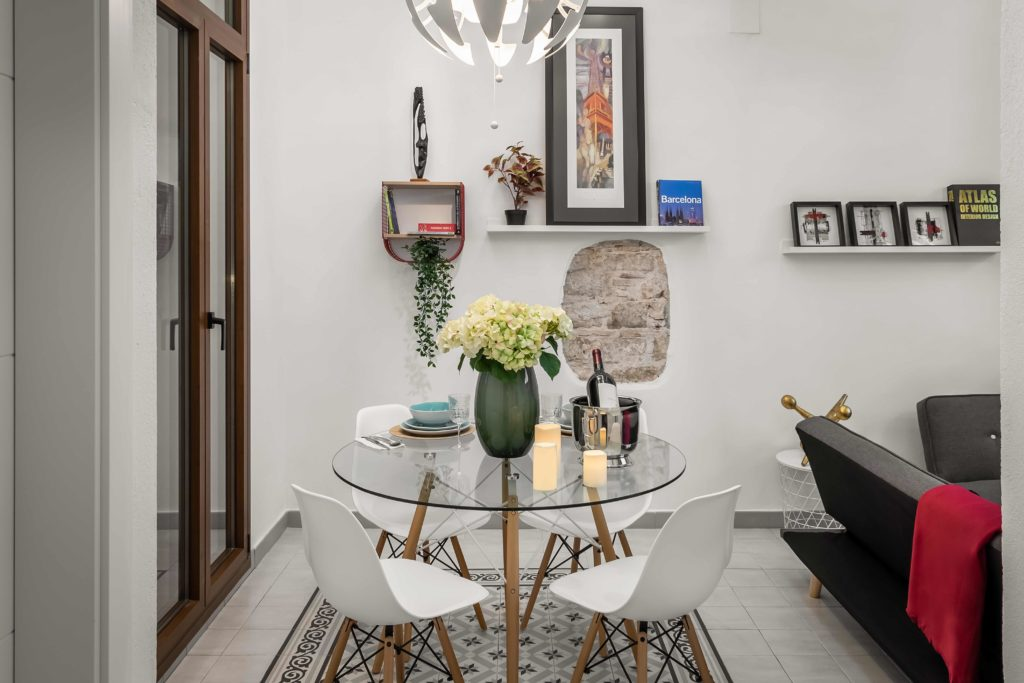 Detalle del comedor decorado en tonos negros y blancos resultado de la reforma integral y el diseño de interiores de esta vivienda en Barcelona por parte del estudio de diseño internacional Manuel Torres Design