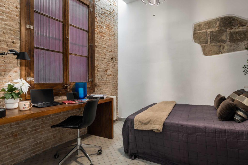 Detalle de una habitación de matrimonio decorada en tonos claros y oscuros resultado de la reforma integral y el diseño de interiores de esta vivienda en Barcelona por parte del estudio de diseño internacional Manuel Torres Design